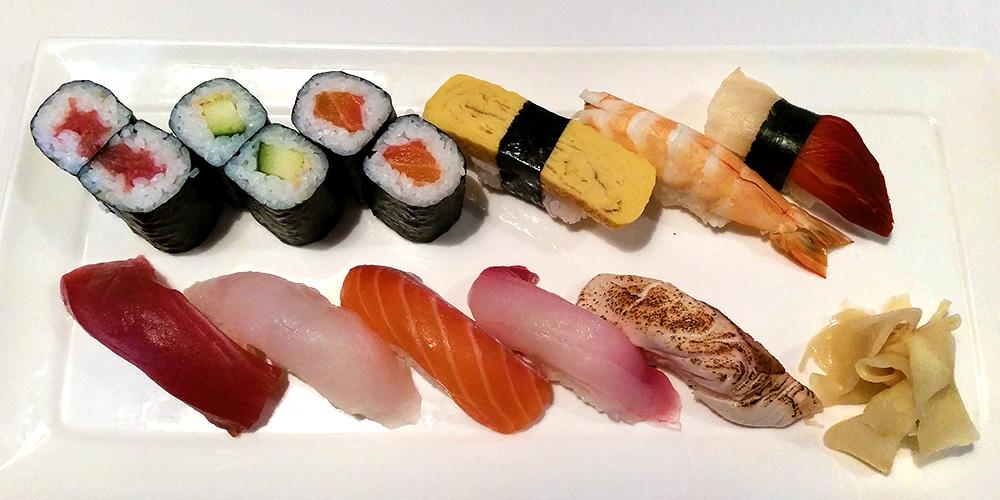 Kuni's (7) Sushi Set $28 - Tuna, Cucumber and Salmon Maki, Tamago, Ebi, Ark Shell, Tuna, Dory, Salmon, Kingfish and something Sushiedit