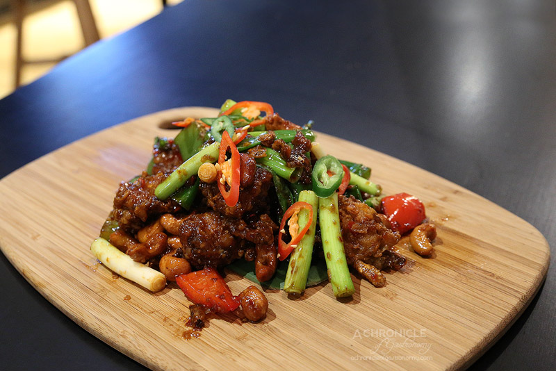 Pintoh - Chilli Crab (Mamuang) - Stir-fried crispy soft shell crabs in chilli jam, cashew nuts, garlic and chilli ($36)